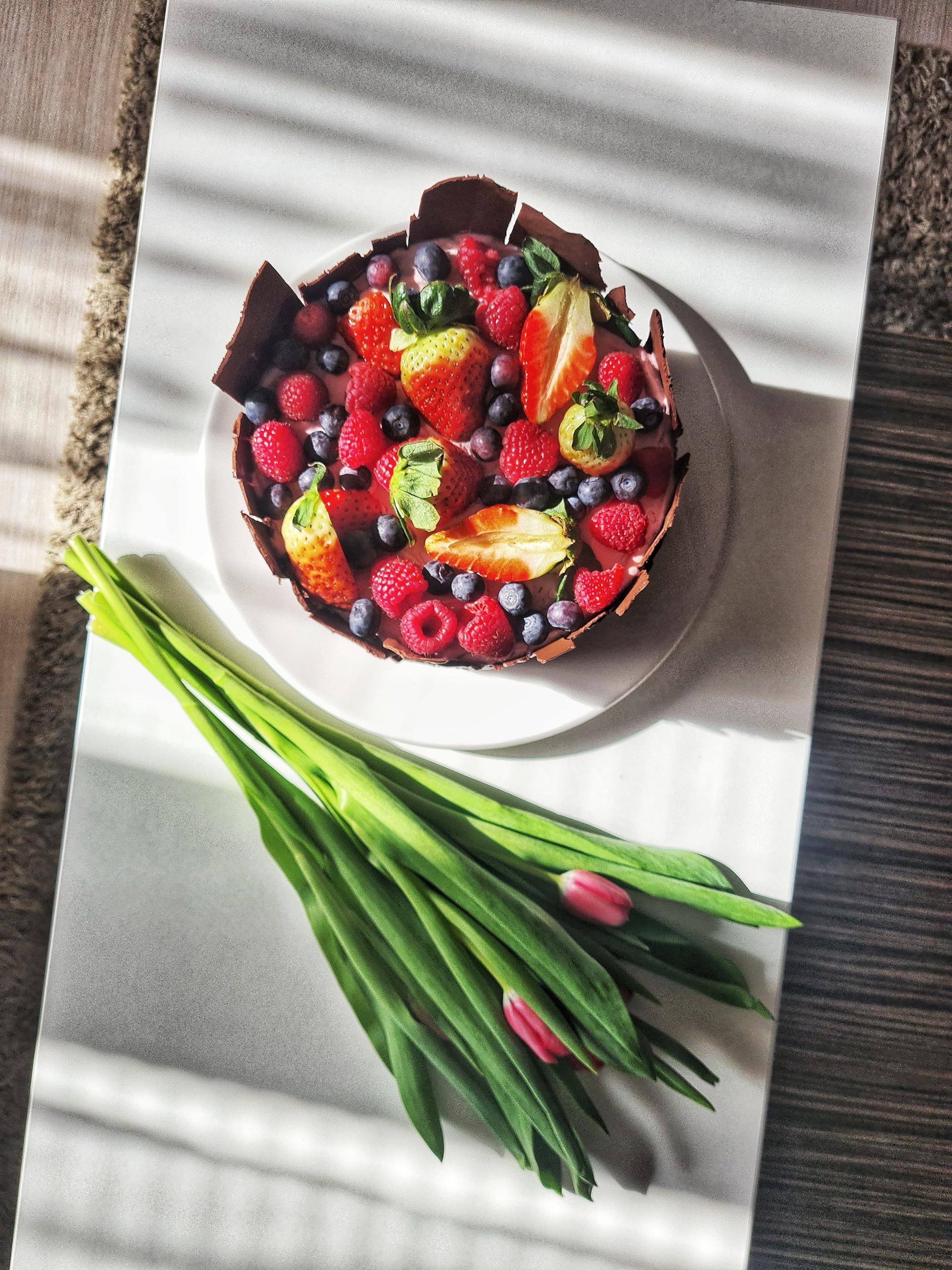 Torta s mascarpone, Malinová torta smascarpone plnkou, čokoládou a čerstvým ovocím